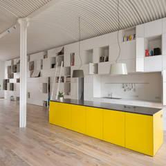 Ordnung ist (nur) das halbe Leben - Loftumbau in Wien:  Küche von Franz&Sue