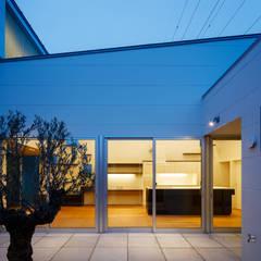 それぞれの時間を大切に犬猫と暮らすコートハウス: 設計事務所アーキプレイスが手掛けた庭です。