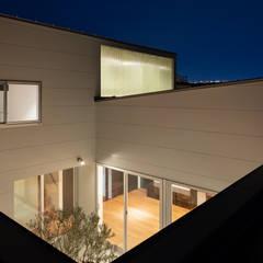 それぞれの時間を大切に犬猫と暮らすコートハウス: 設計事務所アーキプレイスが手掛けた一戸建て住宅です。