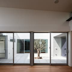 それぞれの時間を大切に犬猫と暮らすコートハウス: 設計事務所アーキプレイスが手掛けた窓です。,