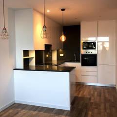 Remodelação total de Apartamento em Santa Apolónia - Lisboa: Cozinhas pequenas  por De Deus