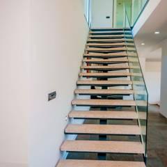 House A: Escadas  por Cláudia Pinto Silva . arquitecta,
