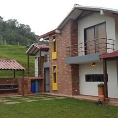 CABAÑA TRES SOLES: Casas campestres de estilo  por Ba arquitectos, Rural