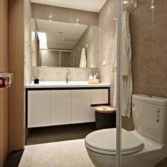 Phòng tắm by 耀昀創意設計有限公司/Alfonso Ideas