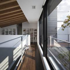 箕面の家: プラスアトリエ一級建築士事務所が手掛けた廊下 & 玄関です。