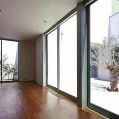 それぞれの時間を大切に犬猫と暮らすコートハウス: 設計事務所アーキプレイスが手掛けた寝室です。