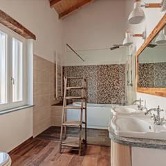 Rustic style bathrooms by Vivere lo Stile Rustic