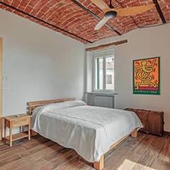 Ristrutturazione di un casale nelle colline del Monferrato: Camera da letto in stile  di Vivere lo Stile