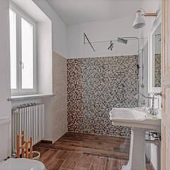Baños de estilo  por Vivere lo Stile