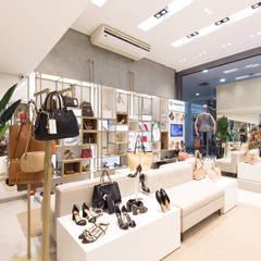 Bonny Concept | Maringá Shopping Centers modernos por Aizelli Arquitetura Moderno