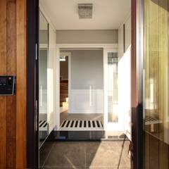 Corridor & hallway by 이우 건축사사무소