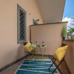 YOUNG & FREE: Balcone in stile  di domustaging