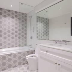 CASA SIERRITA: Baños de estilo  por BACE arquitectos,