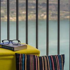 allestimento casa vacanza vista ... lago: Balcone in stile  di domustaging