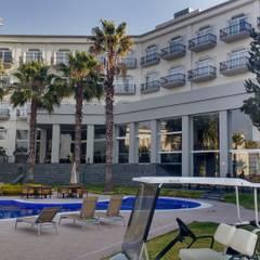 CAMINO REAL PUEBLA: Villas de estilo  por FM ARQUITECTOS, Moderno Azulejos