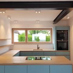 Umbau Mehrfamilienhaus in ein Einfamilienhaus:  Einbauküche von Alexandra Kiendl I Architektur