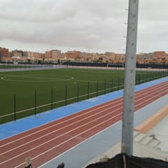 Instalación de césped artificial para campos de fútbol y áreas de deportes: Salones de eventos de estilo  de Albergrass césped tecnológico, Moderno
