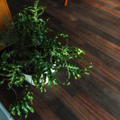 Opalana podłoga dębowa w sypialni: styl , w kategorii Sypialnia zaprojektowany przez Roble