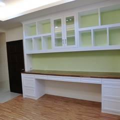 Projekty,  Małe sypialnie zaprojektowane przez 蕊茵室內設計裝潢工程, Klasyczny Kompozyt drewna i tworzywa sztucznego