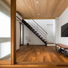 2つのリビングの家: 田中洋平建築設計事務所が手掛けた階段です。