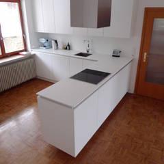 Umgestaltung/Renovierung/Sanierung eines Bungalow Privathauses:  Einbauküche von DESIGNFIRM