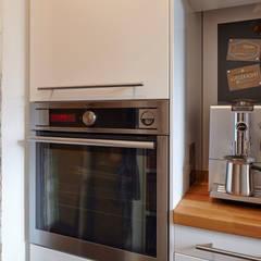 Modernes Wohnen im historischen Einfamilienhaus:  Einbauküche von CLAUDIA GROTEGUT ARCHITEKTUR + KONZEPT