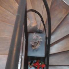 FAMILY HOUSE: Escaleras de estilo  por GR Arquitectura