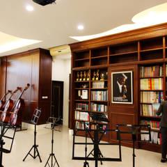 ห้องสันทนาการ โดย 台中室內建築師|利程室內外裝飾 LICHENG, คลาสสิค