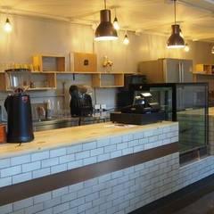 Coffee Shop Rama:  Commercial Spaces by UpMedio Design