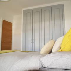 Reforma en vivienda particular, Barrio de Huelin, Málaga: Dormitorios pequeños de estilo  de We Estudio Técnico