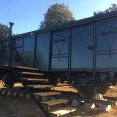 Vagon de mercancias, restaurado y acondicionado como alojamiento.: Locales gastronómicos de estilo  de Wagonstill