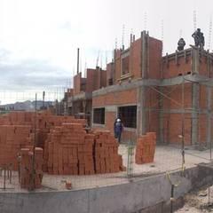 Condominios de estilo  por Arquitecto-Villarino