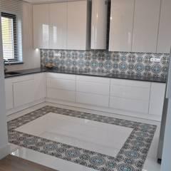Płytki na podłogę do kuchni: styl , w kategorii Aneks kuchenny zaprojektowany przez Cerames