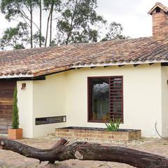Casas campestres de estilo  por homify, Rural