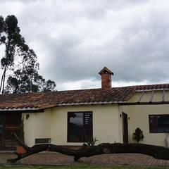 Casa Campestre El Rosal: Casas campestres de estilo  por TikTAK ARQUITECTOS