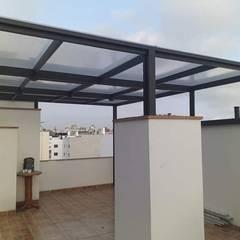 techo de Aluminio color negro - Miraflores: Terrazas de estilo  por Techos terraza sol y sombra C&C, Moderno Aluminio/Cinc