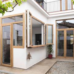 Reforma integral de vivienda unifamiliar en Argentona, Sant Ferran.: Paredes de estilo  de Divers Arquitectura, especialistas en Passivhaus en Sabadell
