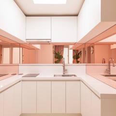 붙박이장을 활용한 한남동신혼집 거실 인테리어&스타일링: 아트리어의  주방