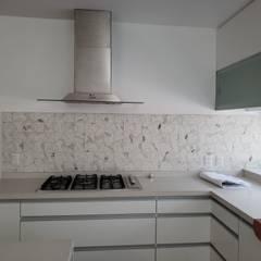 Remodelación Casa Las Encinas, Comuna de Vitacura, Santiago: Cocinas de estilo  por Constructora CYB Spa