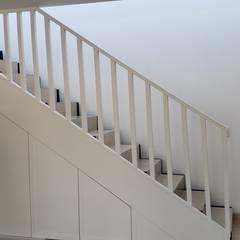 Remodelación Casa Las Encinas, Comuna de Vitacura, Santiago: Escaleras de estilo  por Constructora CYB Spa, Moderno Madera Acabado en madera