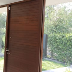 Wooden doors by Constructora CYB Spa