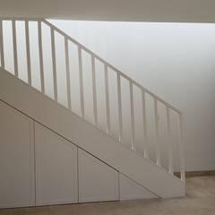 Remodelación Casa Las Encinas, Comuna de Vitacura, Santiago: Escaleras de estilo  por Constructora CYB Spa, Moderno