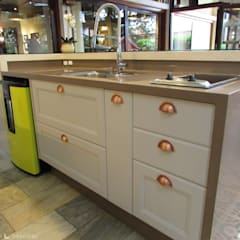 Kitchen units by Larissa Minatti Interiores
