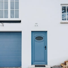 Willa w górach: styl , w kategorii Drzwi do garażu zaprojektowany przez Przedsiębiorstwo Bizmet Spółka z o.o.