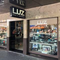 Ótica Luz: Edifícios comerciais  por Escritorio de Arquitetura Karina Garcia