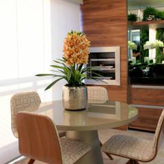 Apartamento Avenida Brasil: Varandas  por Designer de Interiores e Paisagista Iara Kílaris