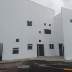 VENTANERIA  ESCOLAR: Ventanas de estilo  por vertikal, Clásico Aluminio/Cinc