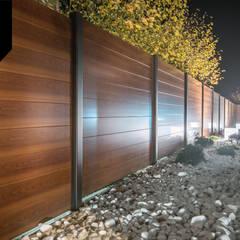 Day and Night. Nowoczesne ogrodzenie aluminiowe Xcel: styl , w kategorii Podwórko zaprojektowany przez Xcel