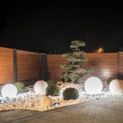 Day and Night. Nowoczesne ogrodzenie aluminiowe Xcel: styl , w kategorii Ogród zaprojektowany przez Xcel,