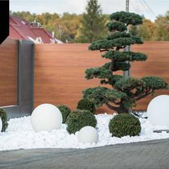 Day and Night. Nowoczesne ogrodzenie aluminiowe Xcel: styl , w kategorii Ogród zaprojektowany przez Xcel
